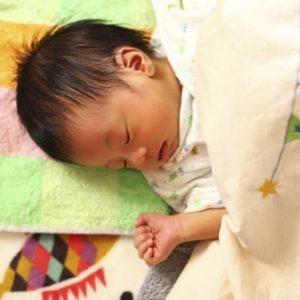 赤ちゃんが眠っている様子
