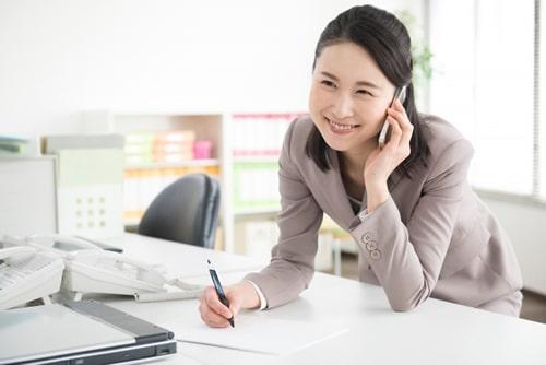 派遣でオフィスワークをする女性