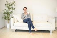 テレビを見ながらリラックスする女性