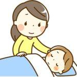 子供を看病するお母さん